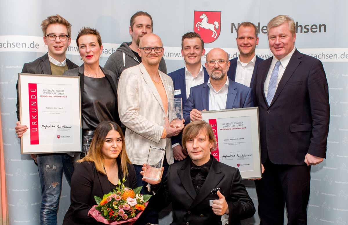 Wirtschaftsminister Bernd Althusmann mit den Siegern aus dem Jahr 2017