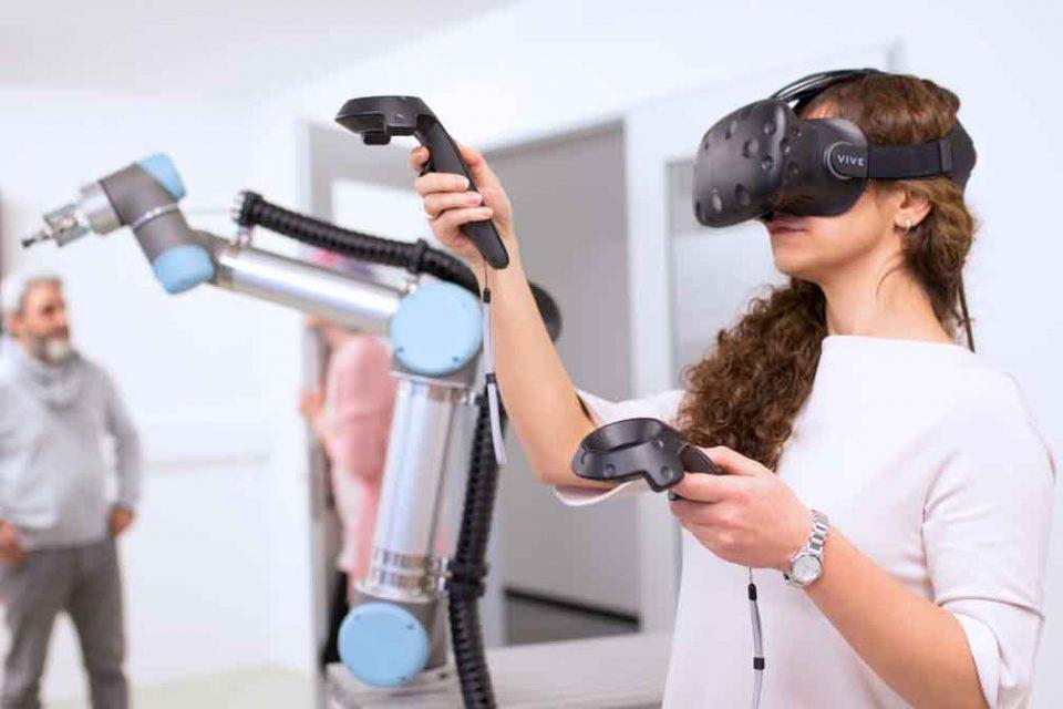 Der Roboterarm des OFFIS lässt sich über eine Virtual-Reality-Brille programmieren. Foto: OFFIS - Institut für Informatik